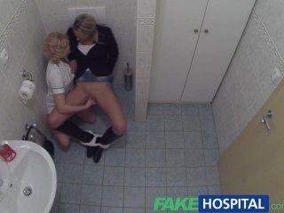 가짜 병원 행운의 환자는 간호사와 의사가 유혹합니다.