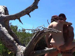 해변에서 debora와 diego spanish couple fucking