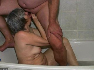 뜨거운 흥분 안경한 할머니와 젊은 남자 씨발