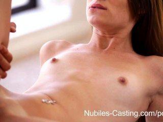 nubiles 캐스팅 십대의 섹시한 여자가 빨아와 명랑을 위해 성교를 빌어 먹을