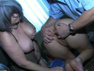 오래 된 남자와 그의 오래 된 통런 할머니와 놀고 섹시 한 어린 소녀