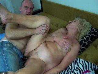 침대에있는 오래된 통통한 할머니는 흥분한 남자와 섹스를했다.