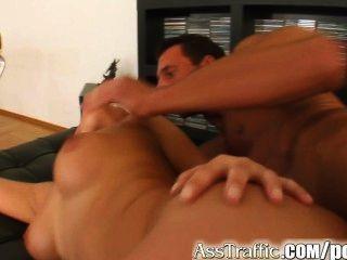 엉덩이 교통 레나타 그녀의 엉덩이에 자신의 수탉을위한 공간을 엉덩이