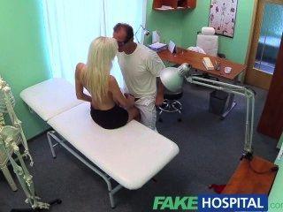 가짜 병원 젖은 야생 blondes 꽉 음모 의사를 설득