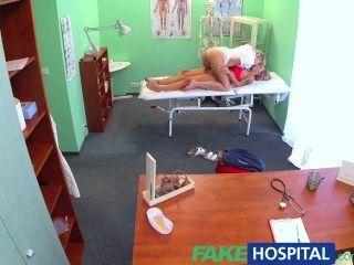 가짜 병원 장난 꾸 러 기 금발 간호사는 성적으로 새로운 환자를 유혹합니다.