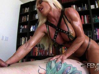 애슐리 : 노예는 근육질의 다리를 치다.