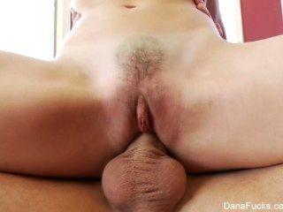 dana dearmond는 그녀의 단단한 엉덩이를 망하게한다.