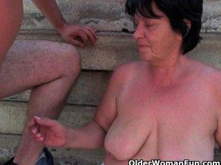 성숙한 엄마가 옥외에서 좆되고있다.