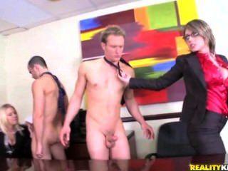 큰 엉덩이가 사무실에서 거시기를 원해.