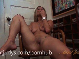 Alana luv는 장난감으로 그녀의 음부를 섹스하는 것을 좋아합니다.