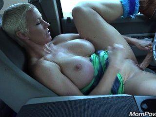 큰 가슴의 유부녀가 자동차에서 자위한다.