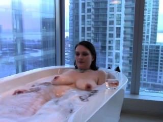 섹시한 큰 가슴 갈색 머리 아내 목욕 \u0026 mouthfucks 거시기 걸립니다