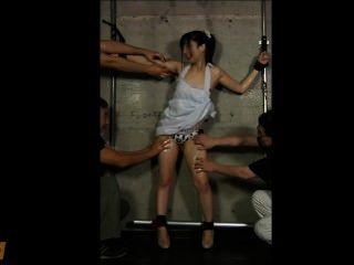 일본 여자가 피고 때까지 기름을 바르고 간지럽 혔다.
