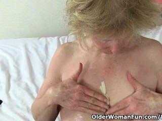 영국 할머니 진주는 그녀의 높은 섹스 운전으로 유명합니다.