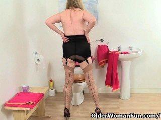 영국 할머니 amanda degas masturbates in bathroom