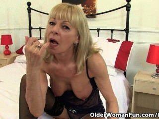 영국 할머니 elaine 그녀의 음부에 치료를 제공합니다