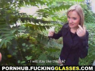 빌어 먹을 안경 야외 섹스로 속은 금발 귀염둥이