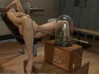 제이든 콜은 그녀의 음부를 열심히 빌려주는 기계로 하드 오르가즘을 찢어 버렸다.