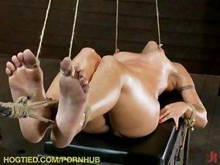 네 명의 섹시한 여자애들이 묶여있어!