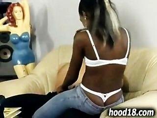열심히 좆되는 뜨거운 흑인 소녀