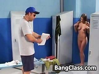 그녀의 체육관 선생님이 자물쇠로 자위하는 소녀