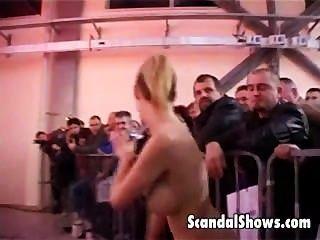 행운의 남자가 스트리퍼를 얻고 무대에서 오른쪽으로 괴롭혔다.