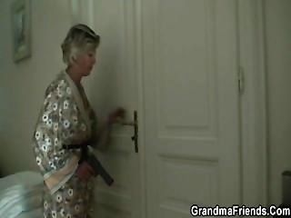 섹시한 엄마가 두 명의 강도를 발견하고 그들을 강타하게 만듭니다.