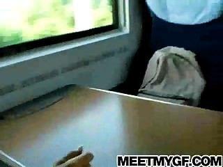 금발의 십대는 공공 열차에 좆