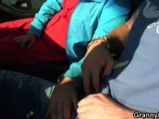 늙은 암캐가 낯선 사람이 차에서 못 박히다.