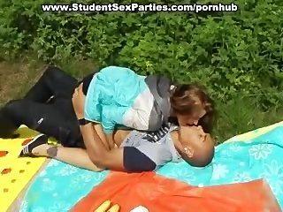 포르노 파티에서 열정적 인 4 명의 학생 섹스