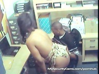 직장에서 흑인 커플 성교가 캠에 잡혔다.