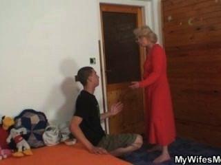 아내가 그 늙은 엄마를 망 쳤어.