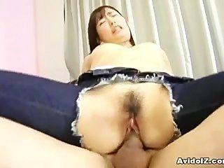 그녀의 청바지에 구멍이있는 일본 사춘기가 끝납니다