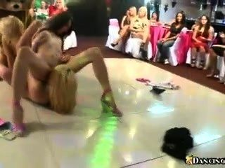 댄스 플로어에서 레즈비언 난교
