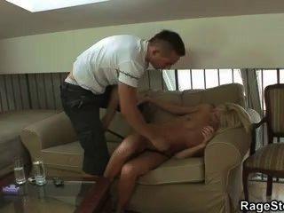 그는 그녀가 열심히 그리고 깊게 씨발 때 비명을 지른다.