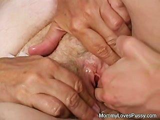 더러운 늙은 할머니는 젊은 걔 집 애가 좋아해.