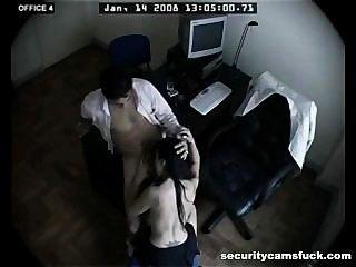 보안 카메라에 의해 촬영 된 사무실 범죄