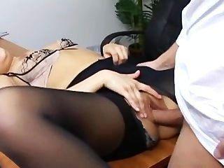 그녀의 상사 책상에 찢어진 팬티 스타킹에 장난 꾸러기 비서