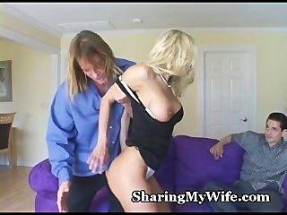뜨거운 아내가 그녀의 음부를 공유 할 것을 제안합니다.