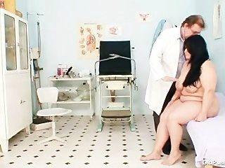 큰 가슴 뚱뚱한 엄마로 사나 gyno 의사 시험