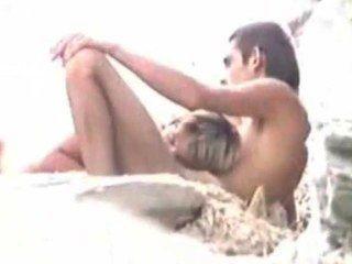 남편이 지켜 보는 동안 해변에서의 섹스