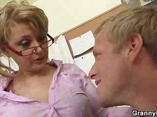 성숙한 사무실 상사가 그를 열심히 강타하도록 강요합니다.