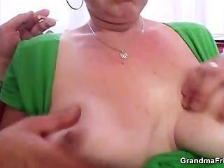 좆 같은 성숙한 암캐가 엉덩이에 걸립니다.