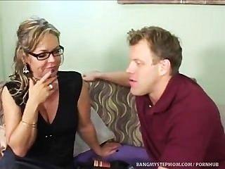 호색한 단계 엄마는 단계 아들과 관계 경계를 못살게 굴지.