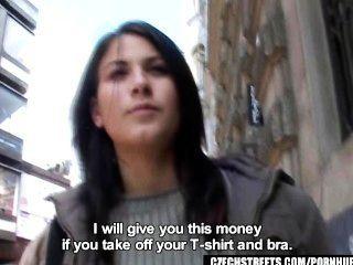 체코 거리 베로니카가 돈을 위해 거시기를 불다.