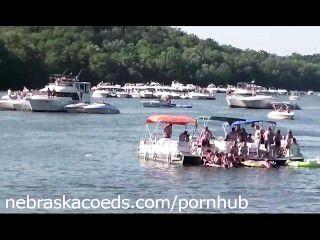 경계가없는 호수 파티 휴가에 누드 대학생