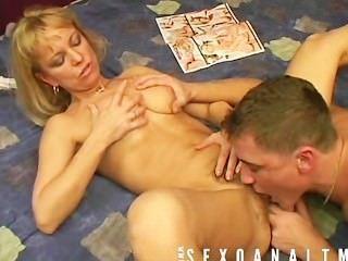 성숙한 금발은 그녀의 소년에 의해 엿 먹는 것을 좋아한다.