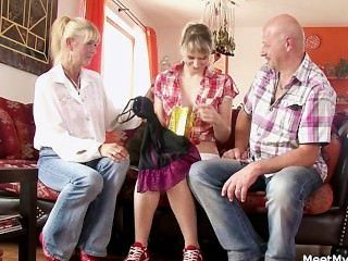 그의 늙은 엄마와 아빠는 그녀를 더러운 섹스로 데려 간다.