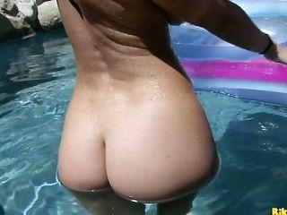 제이든 제임스는 수영장에서 그녀의 젖은 고양이와 노는다.