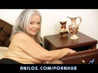 뜨거운 통통 할아버지는 그녀의 젖은 구멍을 엿 먹어.